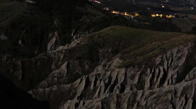 un'immagine notturna dei calanchi