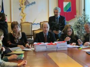 La consegna delle firme a De Matteis