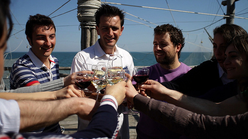 Fabrizio Lucci, con la maglia viola, brinda sul trabocco