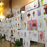 La saletta di Caprice con i disegni esposti