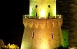 Torre illuminata di notte