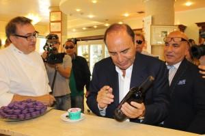 La dedica di Bruno Vespa su una bottiglia del suo vino