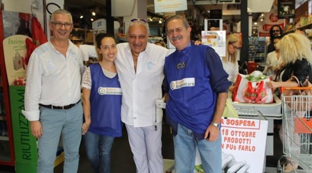 Nduccio con il direttore della Conad, Fabrizio Costantini e i volontari del banco Alimentare