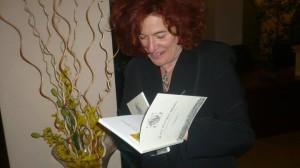 Irma Cauli con la sua raccolta di poesie-2