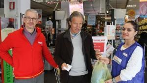 Bruno Nobili con il direttore della Conad Fabrizio Costantini e la volontaria del Banco Alimentare