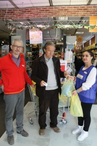 Bruno Nobili con il direttore della Conad e la volontaria del Banco Alimentare vert.1