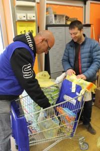 Spesa Sospesa_ i volontari durante la colletta 21
