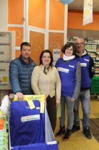 Al centro Ivana Antonelli con i volontari