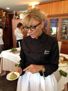 Simona Ranieri mostra la mousse di Pecorino di Farindola