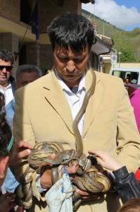 Armando Proietti con gli amici serpenti